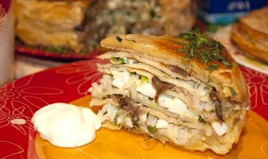 Блюдо русской кухни - традиционный закрытый слоеный пирог курник